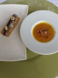esquerda: anchovas do Cantábrico, creme de atum e castanhas Piemonte. À direita: creme de abóbora com gengibre e farofa de amaretto.