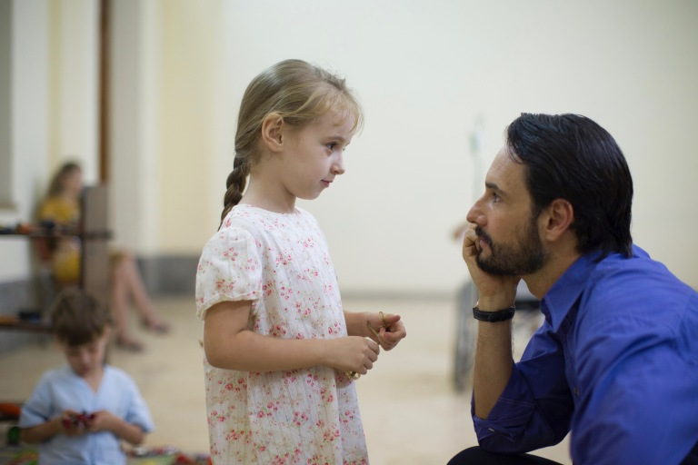 22 - Rodrigo Santoro and child between takes
